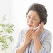 電話で待たされる女性